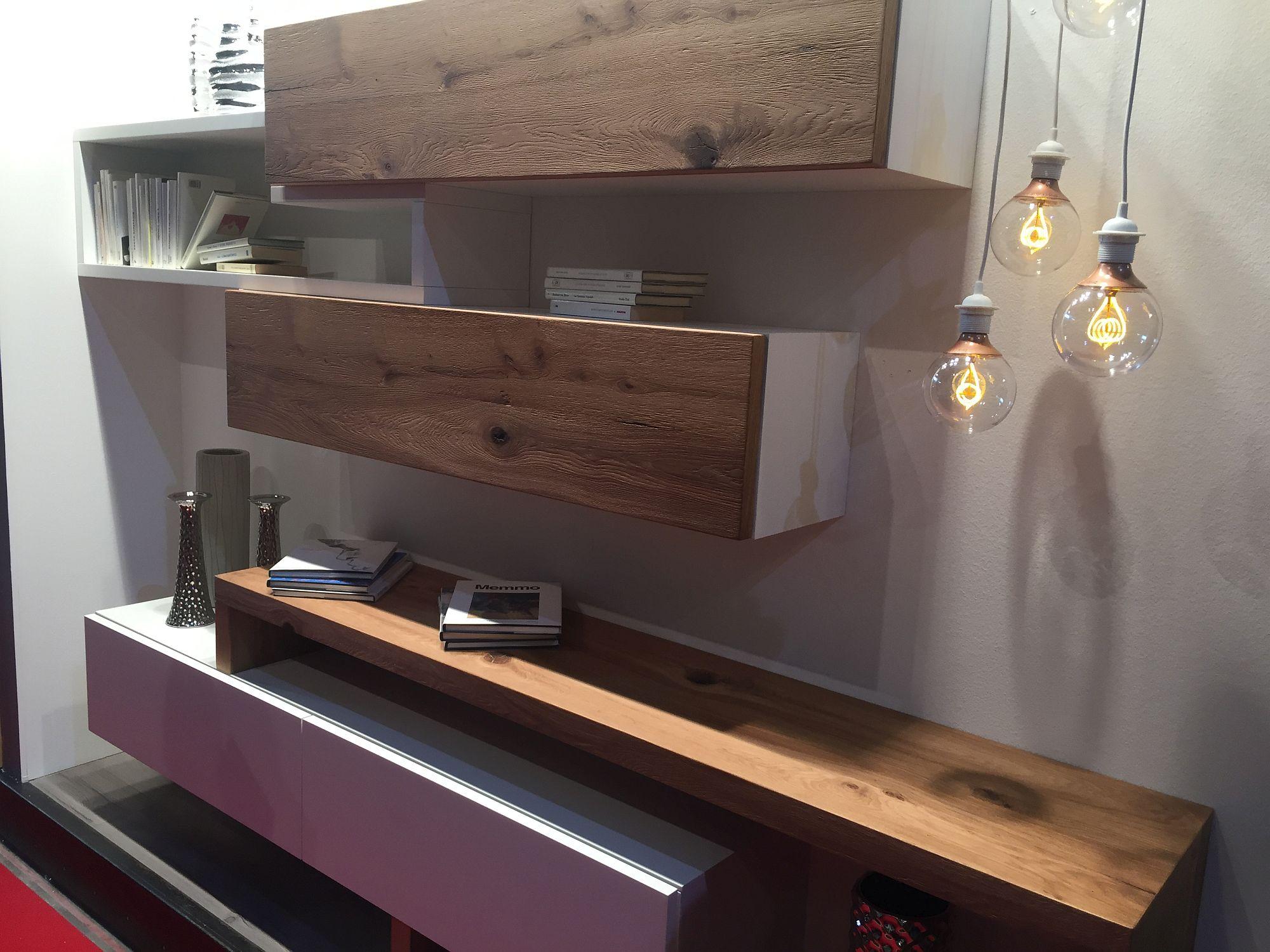 Rak kayu yang dilekatkan di dinding ruang tamu dengan gaya kontemporari