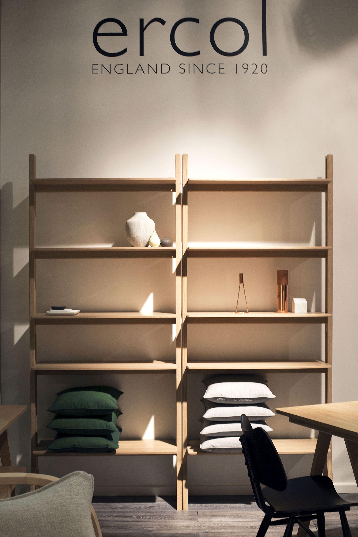 Rak terbuka sebagai rak buku dan ruang simpan barang