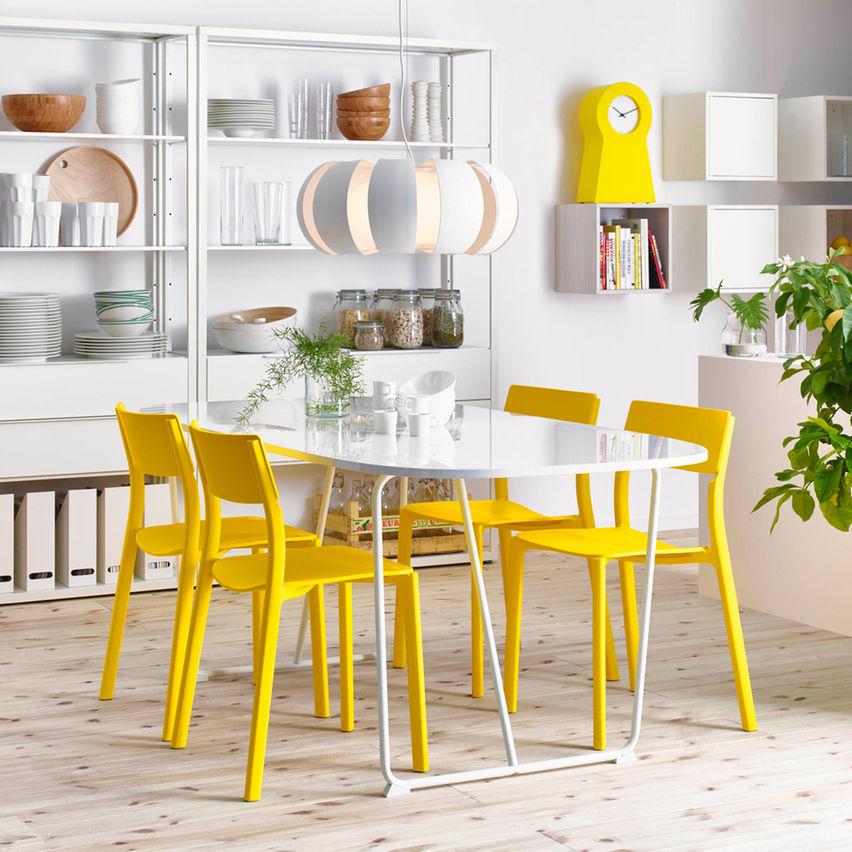 Ruang Makan Yang Meriah Dengan Lampu Dan Set Meja Makan Menarik