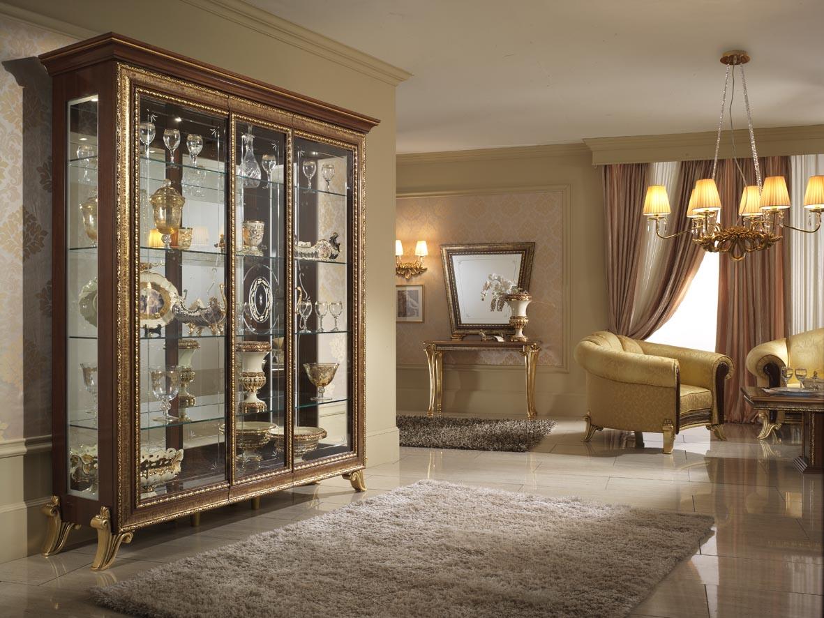 Ruang Tamu Dengan Konsep Klasik Menjadi Pilihan Lapis Dengan Dihiasi Aksesori Hiasan Berwarna Keemasan