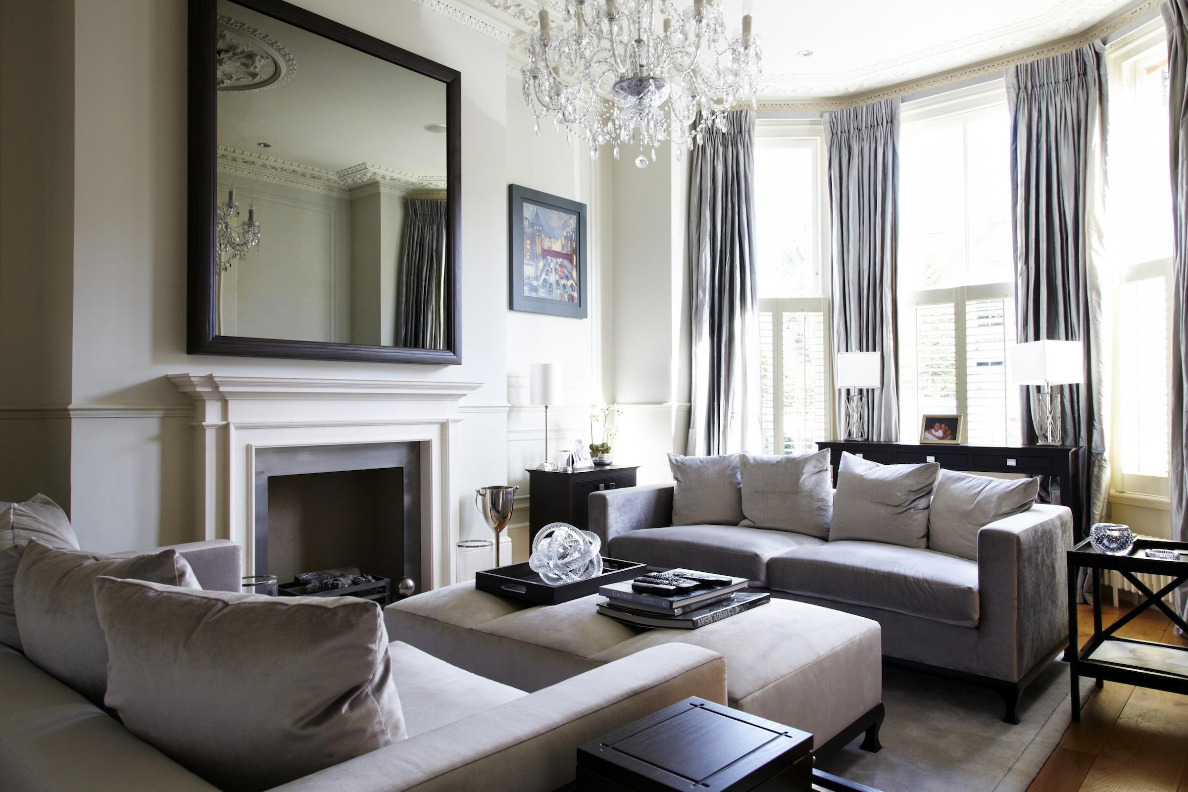 Ruang Tamu Gaya Klasik Dengan Lampu Chandelier Dipadankan Dengan Langsir Kelabu Serta Sofa Yang Selesa Dan Ottoman Ikea Ruang Tamu Kelabu