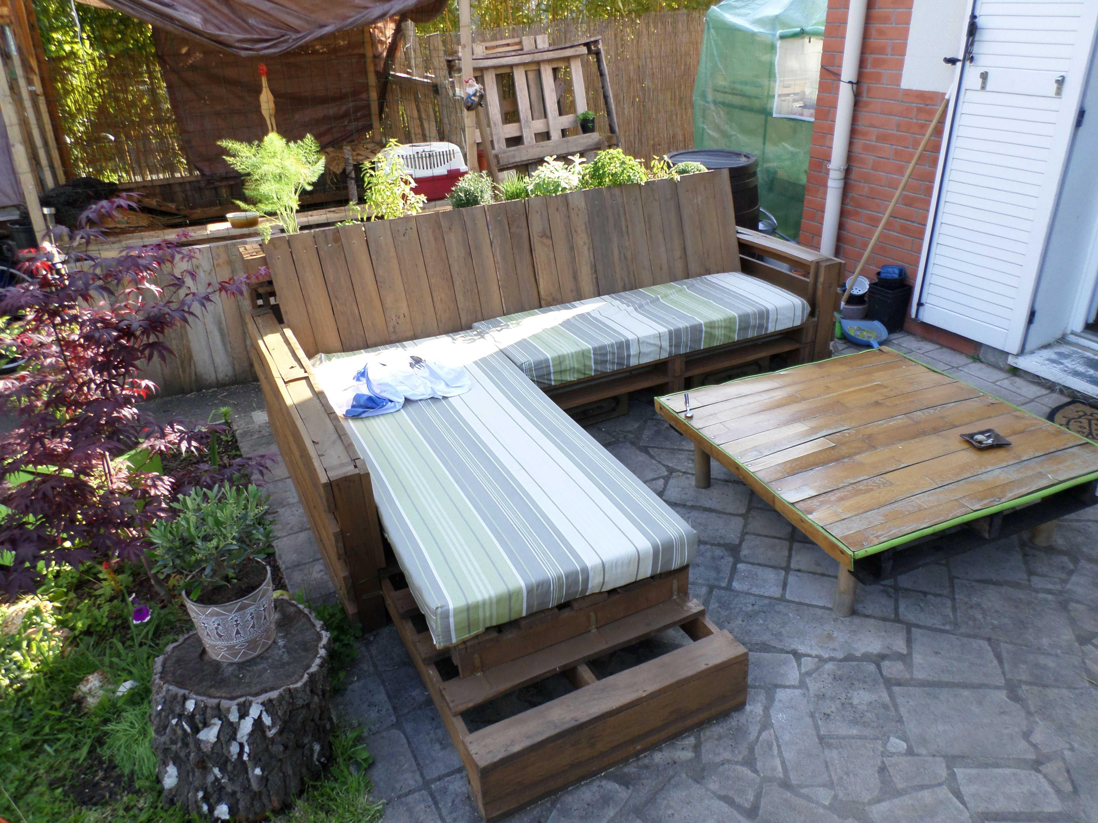 Sofa pallet untuk taman luar rumah dengan meja kopi
