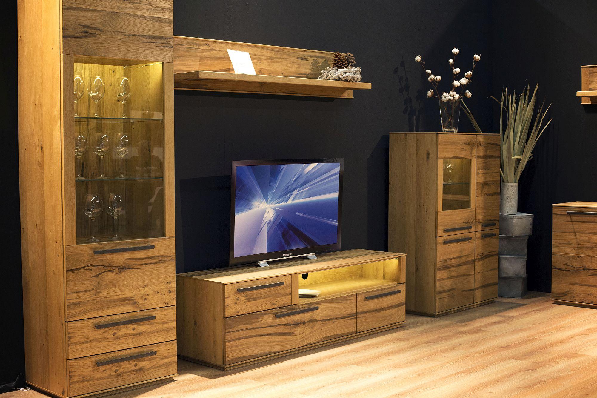 Trend kabinet tv berkilat kini beralih kepada kayu yang lebih berunsur alam