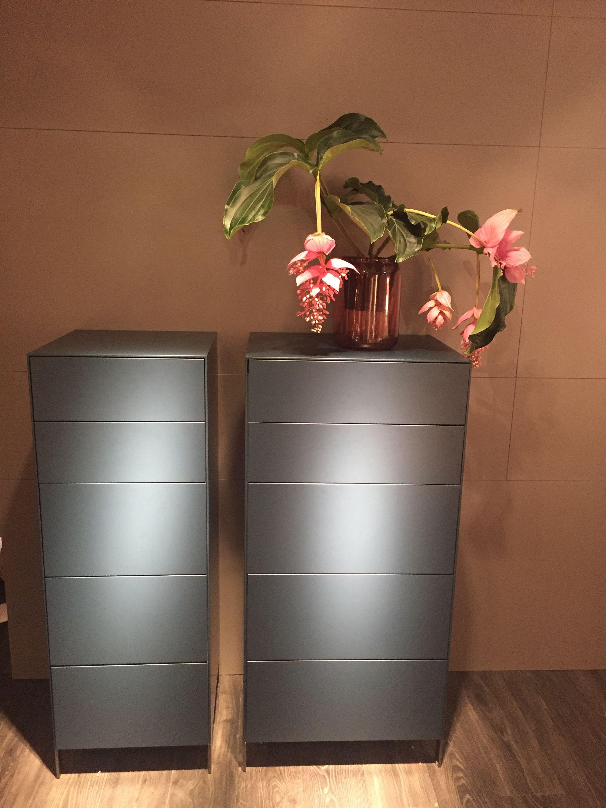 Unit storan bijak untuk dekorasi di ruang lorong