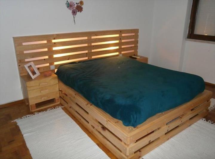 Design menarik katil kayu pallet dengan hiasan lampu dan meja sisi