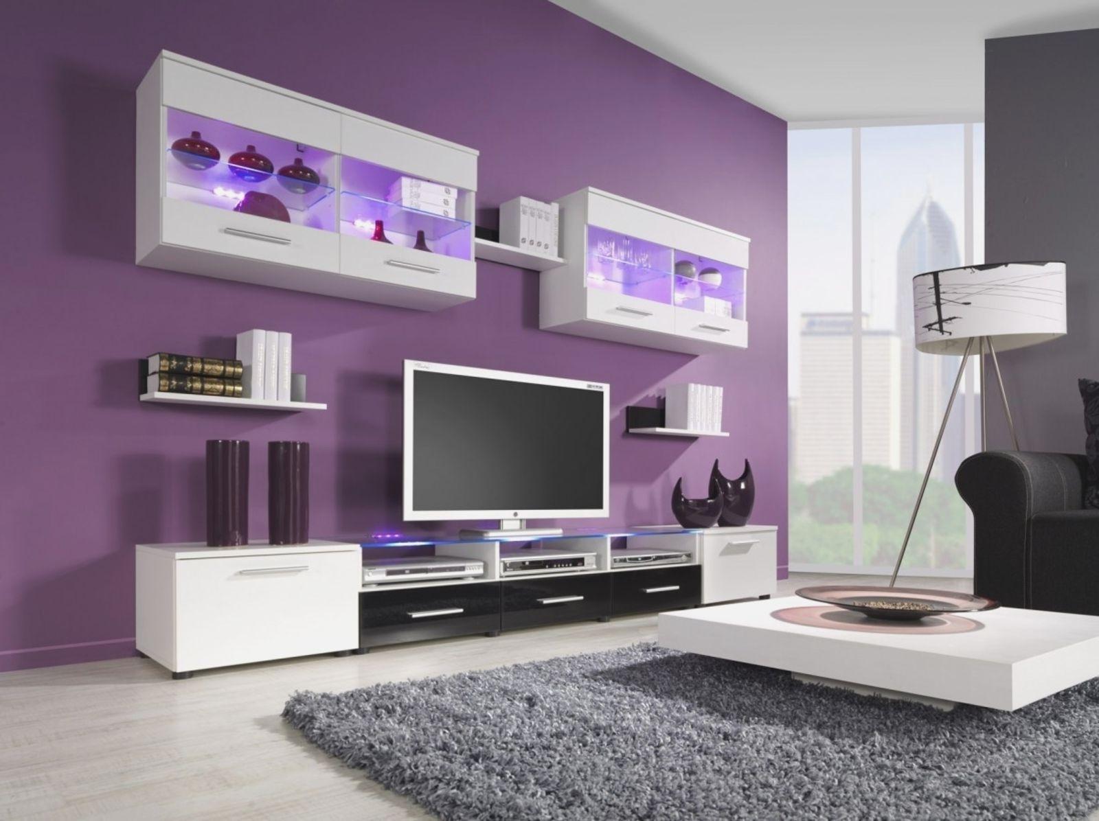 Gabungan warna ruang tamu ungu dan putih moden