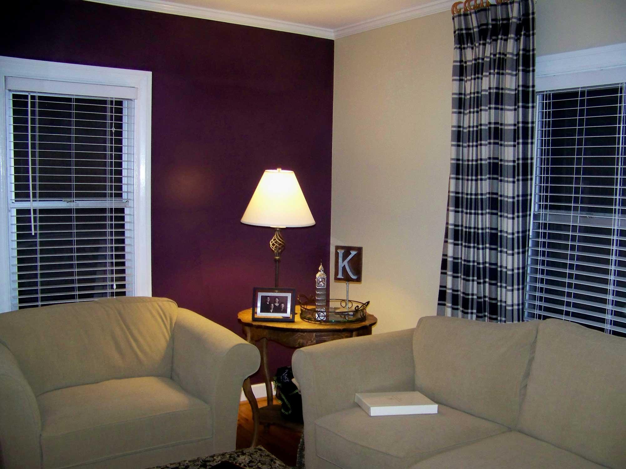 Gabungan warna ungu dan krim lembut serta sofa kelabu untuk ruang tamu nampak lebih gah