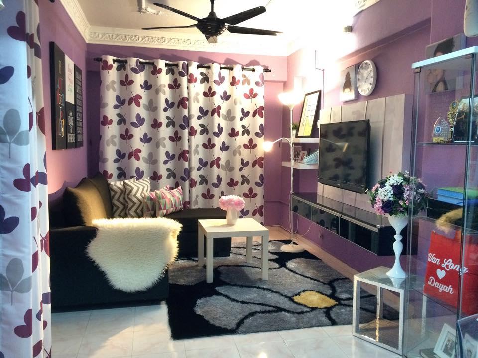 Hiasan dalaman ruang tamu dengan tema ungu - kabinet tv tu memang cantik