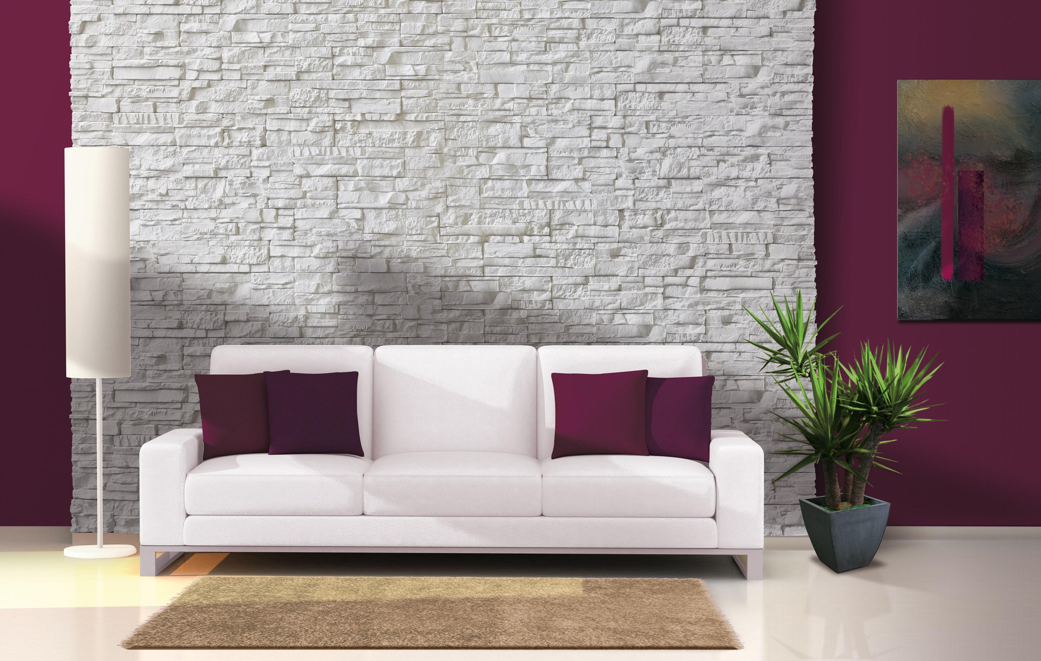 Hiasan dalaman ruang tamu warna ungu pada dinding dengan sofa moden putih