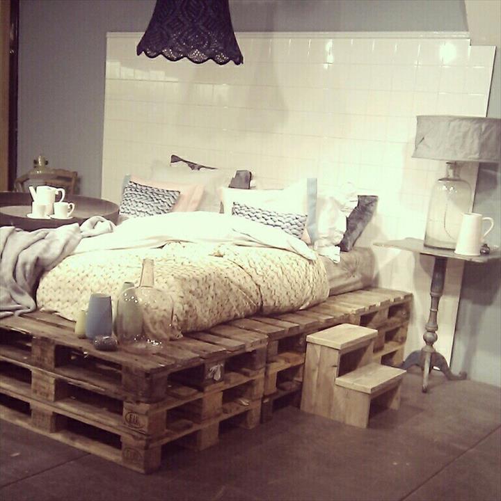 Katil dari kayu pallet kitar semula sebagai perabot bilik tidur yang unik