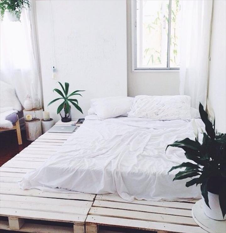 Katil kayu pallet putih dengan design yang simple
