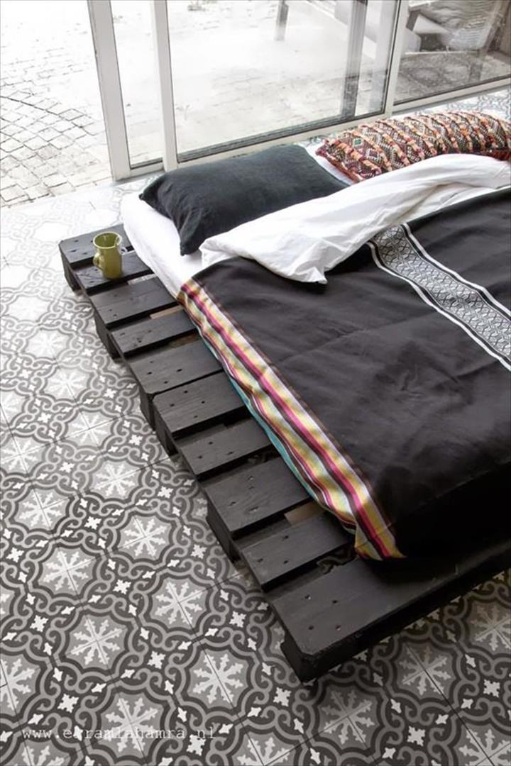 Katil platform dari kayu pallet yang kreatif