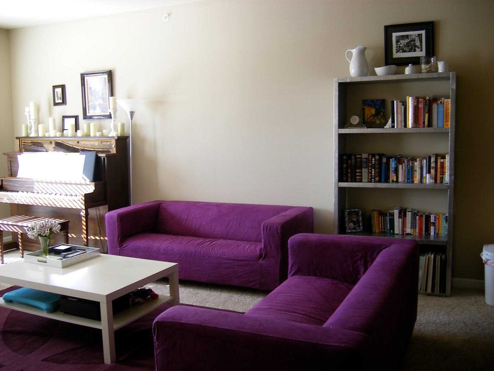 View In Gallery Menggunakan Pop Warna Ungu Dengan Memadankan Set Sofa Dinding Ruang Tamu Lembut