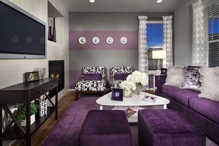Ruang tamu dengan perabot berwarna ungu dan lavender