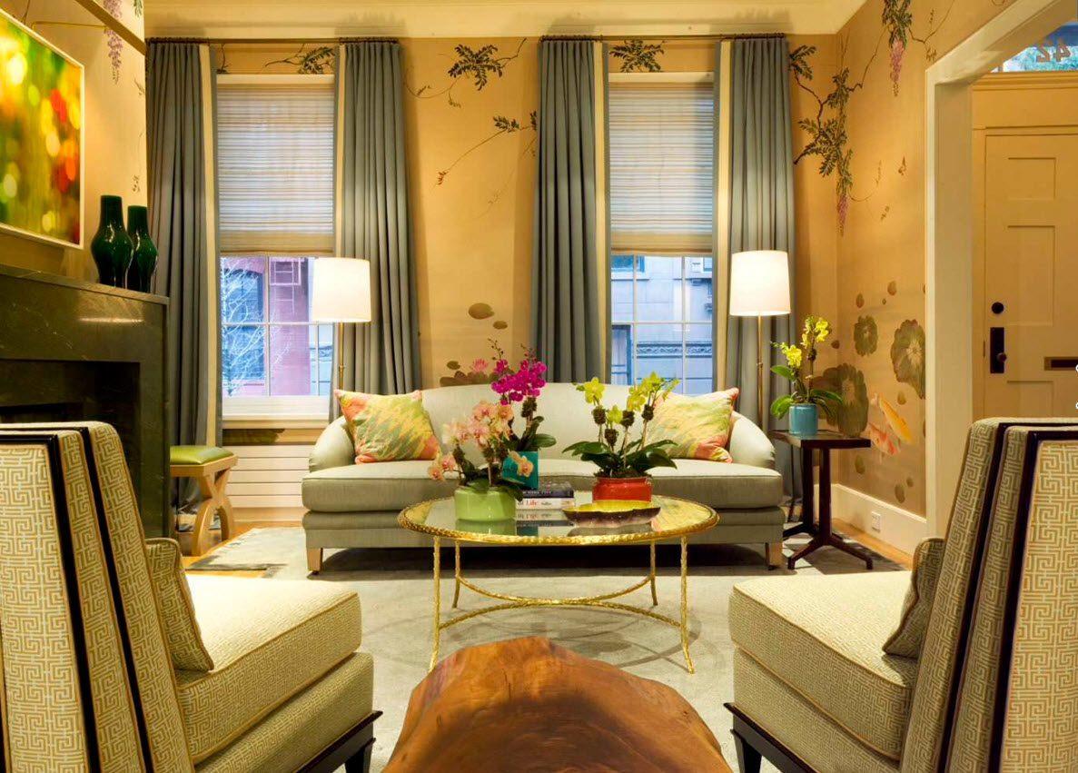 Hiasan dalaman ruang tamu dengan kertas dinding bercorak dan langsir polos