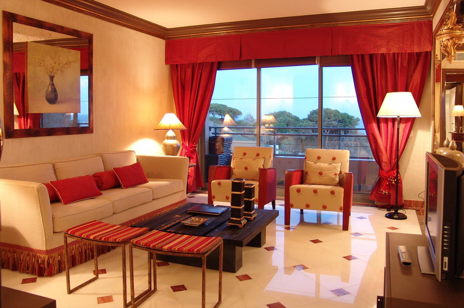 Idea dekorasi ruang tamu dengan langsir merah dipadan dengan set sofa pastel