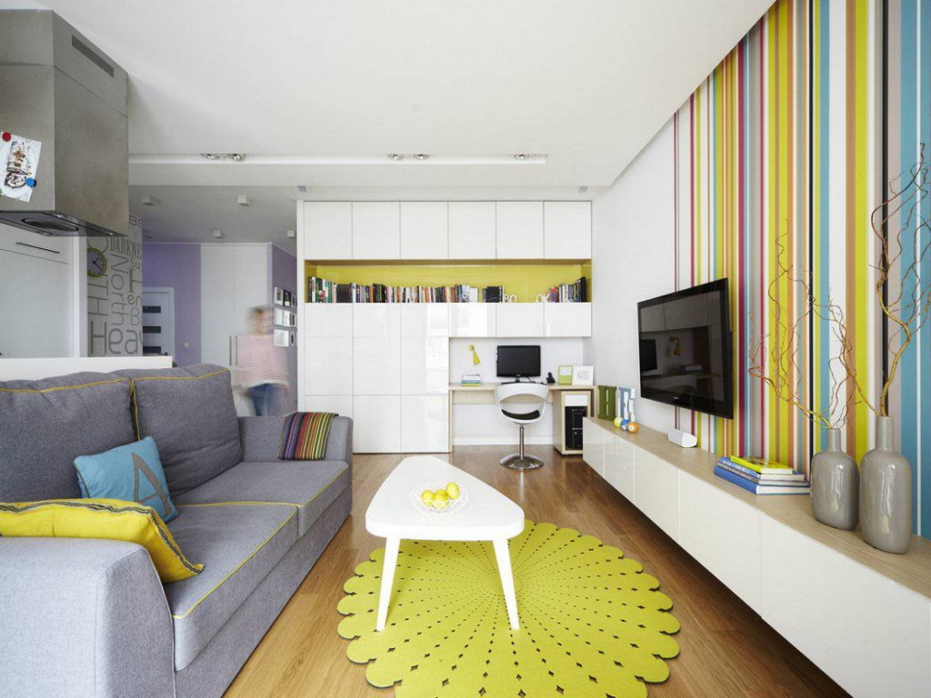 View In Gallery Idea Dekorasi Ruang Tamu Sempit Dengan Penggunaan Meja Kopi Kecil