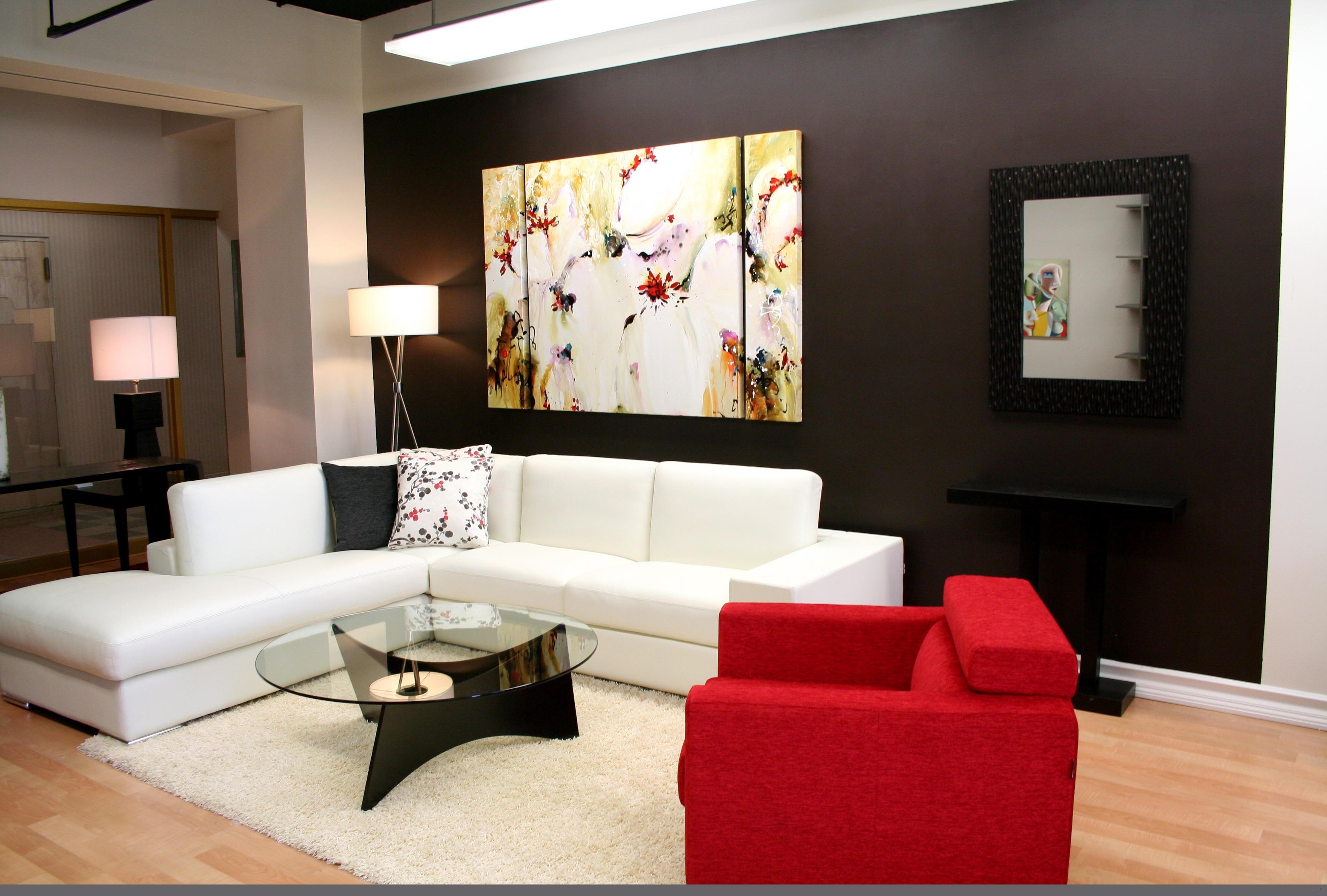 Idea hiasan dalaman ruang tamu minimalis dengan gabungan set sofa putih dan merah juga meja kopi kaca