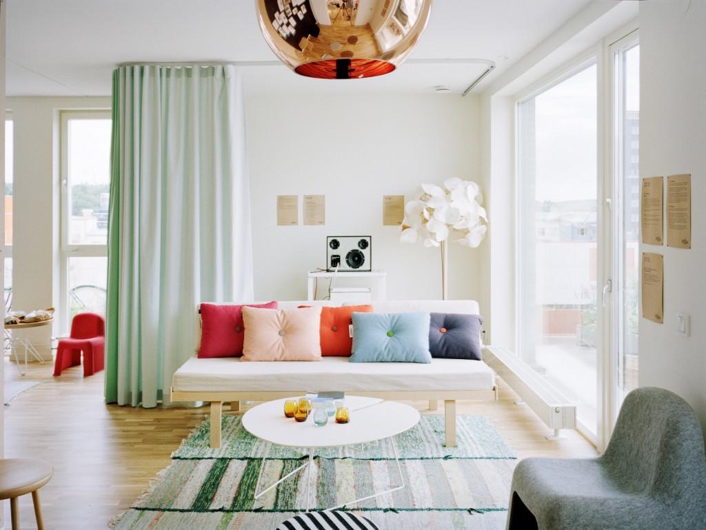 Warna langsir pastel lembut pasti buat suasana ruang tamu segar dan nyaman