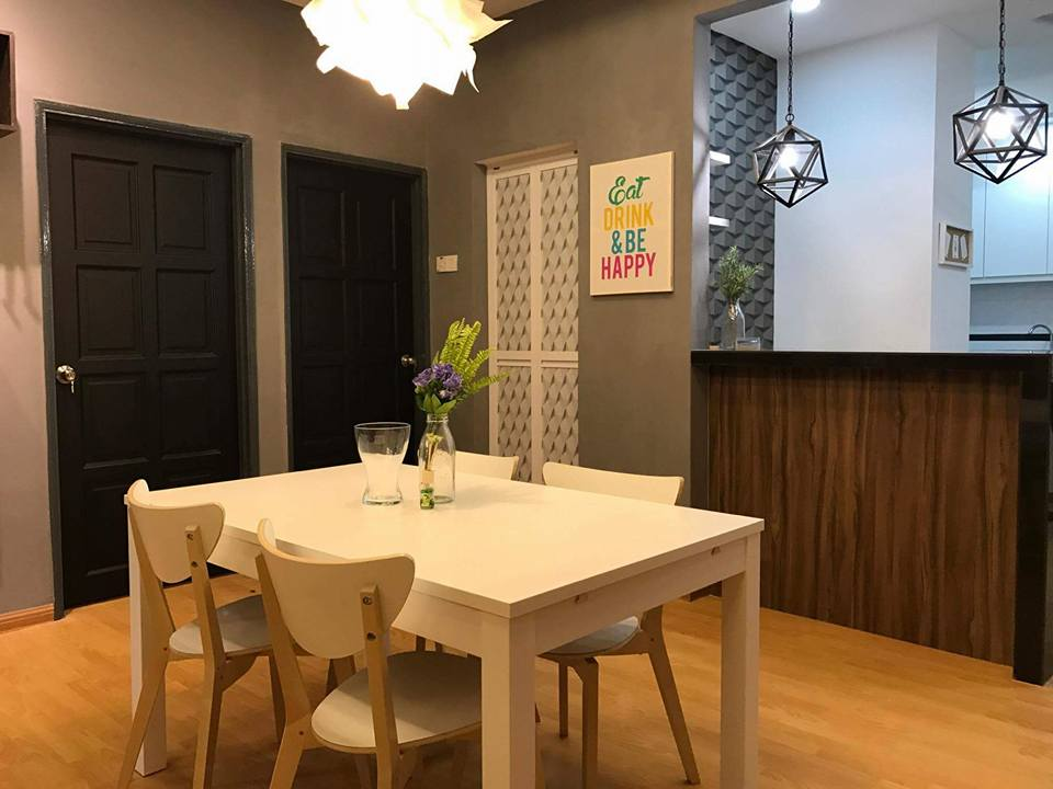 Dekorasi ruang makan menarik dengan set meja makan putih