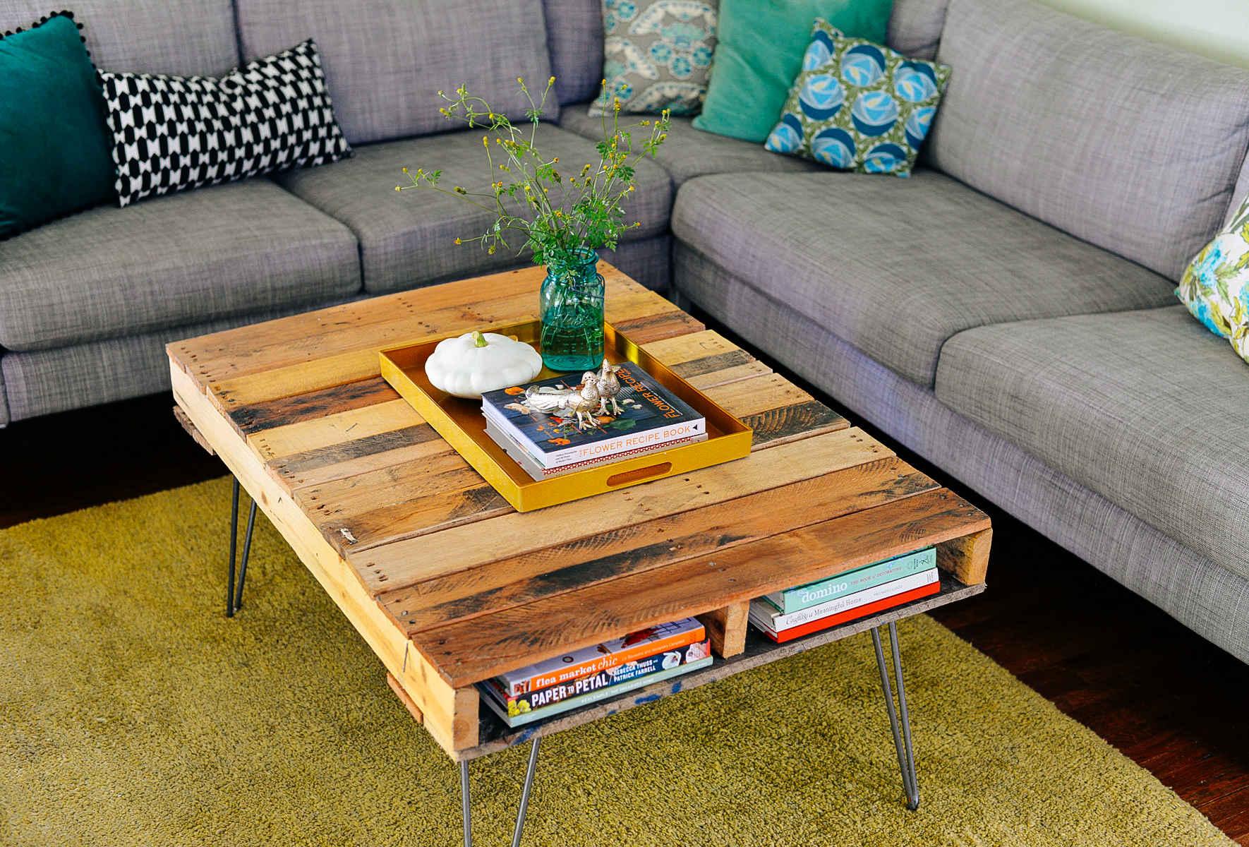 Dekorasi ruang tamu dengan meja ala jepun dari kayu pallet