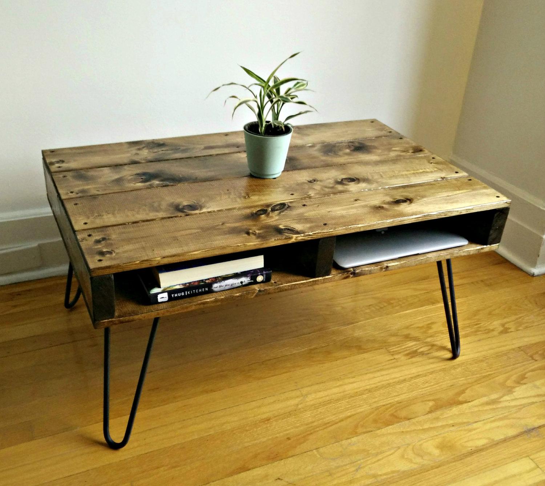 Meja jepun dari kayu pallet siap dengan ruang penstoran