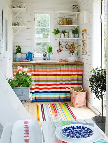 View In Gallery Hiasan Dalaman Dapur Kecil Dengan Tirai Warna Warni