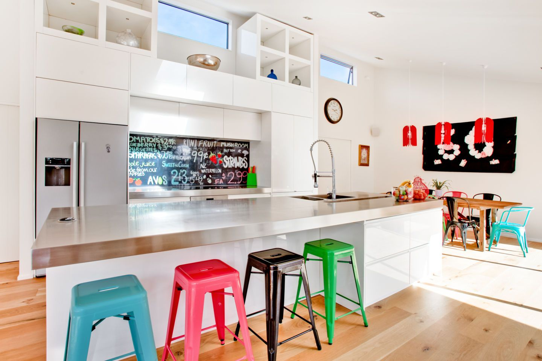 Hiasan dalaman dapur moden dengan kerusi pelbagai warna di mini bar